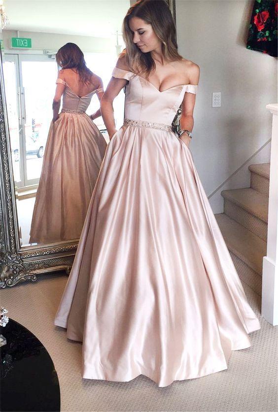 3f63d43710182 Böyle derin dekolteli bir elbise tercihi yapacaksanız önemli olan bu  elbiseyi taşıyıp taşıyamayacağınızdır. Öncelikle bunun kararını verdikten  sonrasında ...